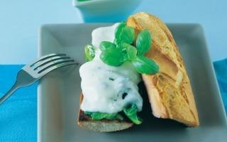 Crostoni di baguette con caciotta e lattuga