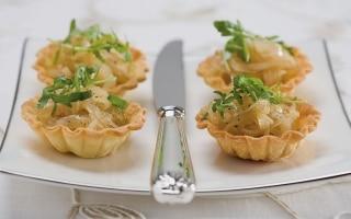 Cestini di cipolle caramellate con insalata...
