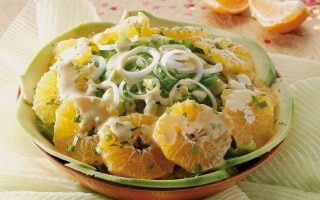 Misto di lattughe con avocado e mandarini