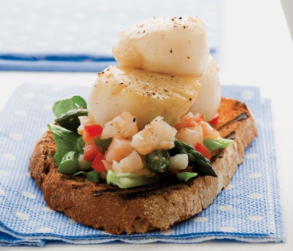 Capesante e asparagi con salsa di gamberi