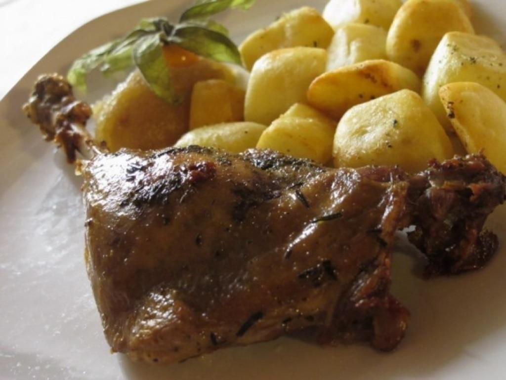 Coscia d'oca confit con patate e composta di mele renette