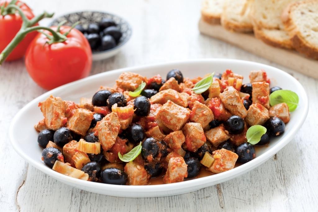 Tonno con olive nere, pomodori e sedano
