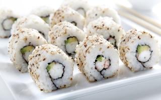 Uramaki con gamberi e avocado