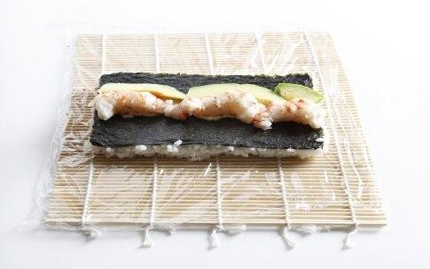 Preparazione Uramaki con gamberi e avocado - Fase 6