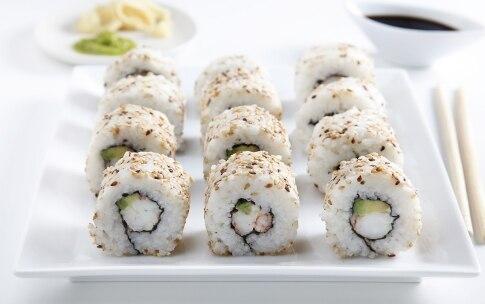 Preparazione Uramaki con gamberi e avocado - Fase 9