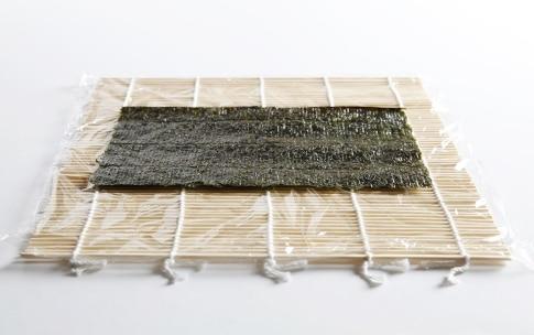 Preparazione Uramaki con gamberi e avocado - Fase 3