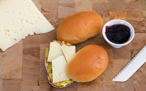 Preparazione Panino frittata di zucchine e confettura di cipolle - Fase 4