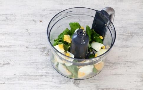 Preparazione Insalata di fusilli con salsa di uova e basilico - Fase 2