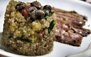 Insalata di quinoa con pesce e verdure