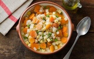 Minestrone di sedano rapa, piselli, carote e...