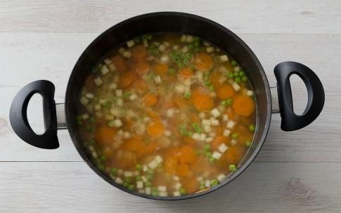 Preparazione Minestrone di sedano rapa, piselli, carote e pasta corta - Fase 2