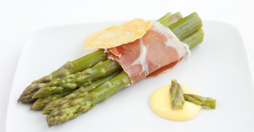 Asparagi e prosciutto crudo con salsa olandese e cialda di parmigiano reggiano