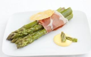 Asparagi e prosciutto crudo con salsa...