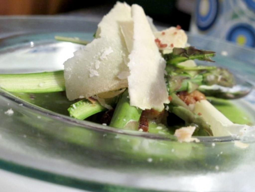 Insalata di asparagi con ricotta e pane fritto