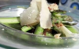 Insalata di asparagi con ricotta e pane...