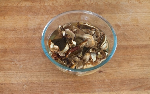 Preparazione Fettuccine al prosciutto e funghi - Fase 1