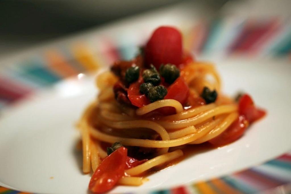 Spaghetti ai quattro pomodori e capperi fritti
