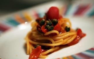 Spaghetti ai quattro pomodori e capperi...