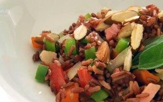 Riso rosso con maiale, mandorle e peperoni