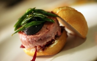 Hamburger di tonno, caprino e maionese nera
