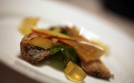 Sarde fritte, peperoni verdi, pesche nettarine e gelatina di chardonnay