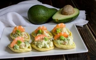 Barchette alla mousse di gamberetti e avocado