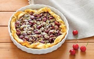 Torta brisée alle ciliegie e pistacchi