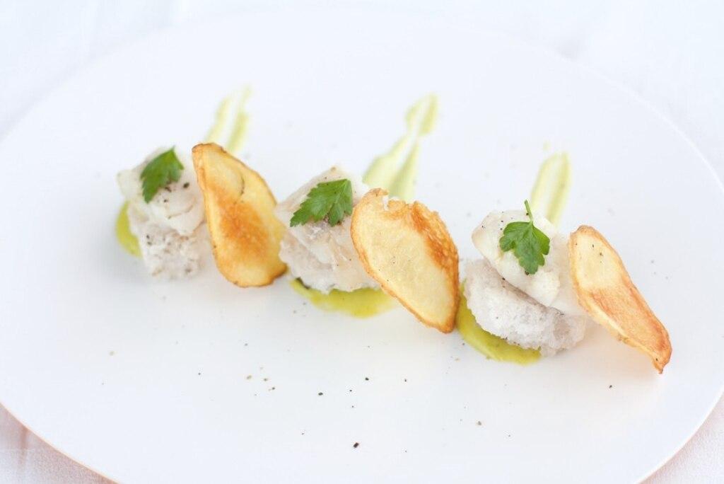 Merluzzo su piastra di sale, chips di patate e maionese al prezzemolo
