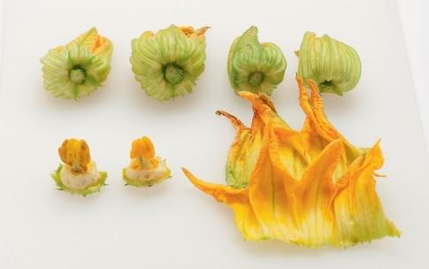 Preparazione Farfalline ai fiori di zucca con coriandoli di zucchine - Fase 2