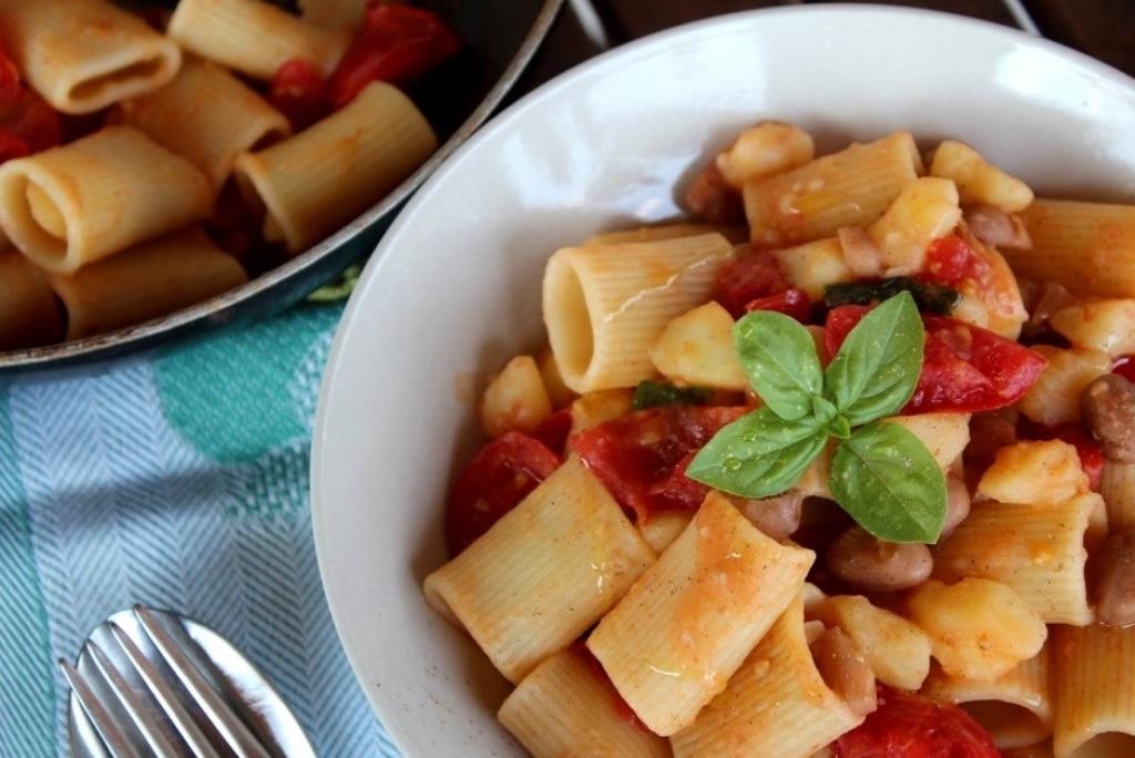 Mezze maniche patate fagioli e pomodori al basilico