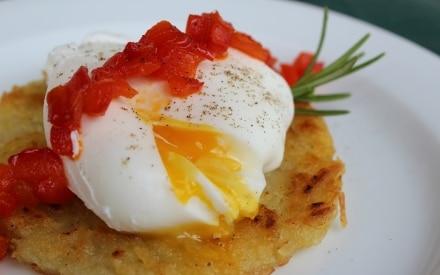 Rosti di patate con uovo poché e peperoni