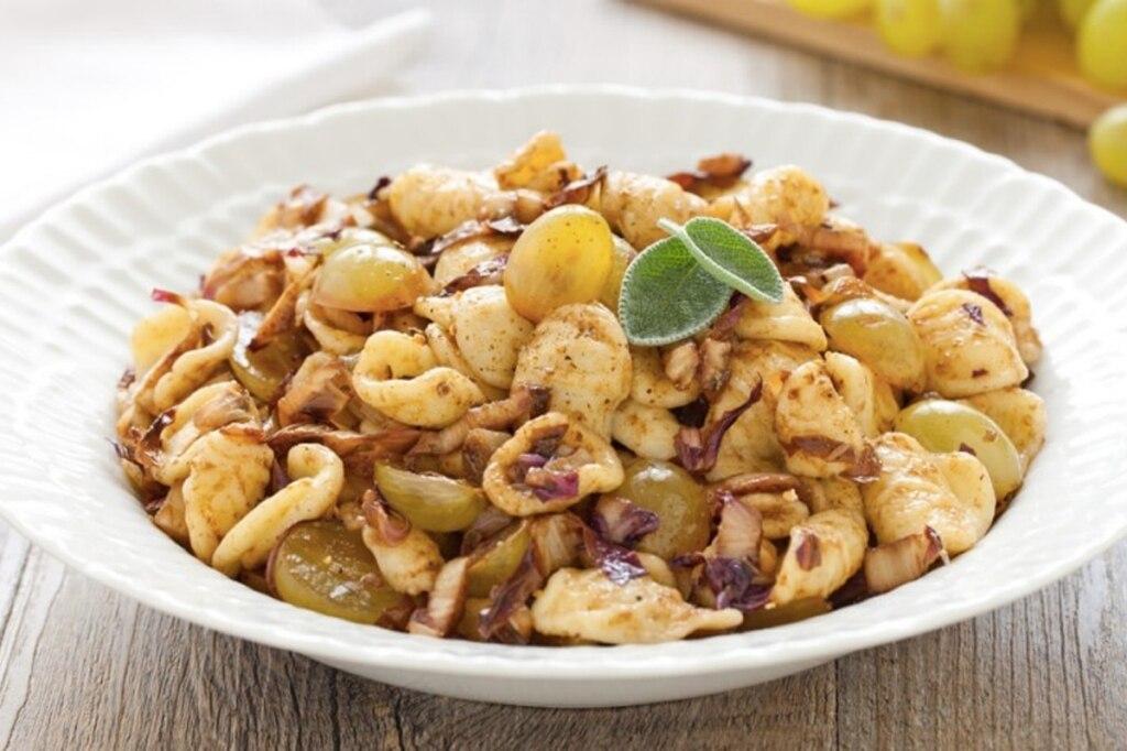 Orecchiette con radicchio, uva e aceto balsamico
