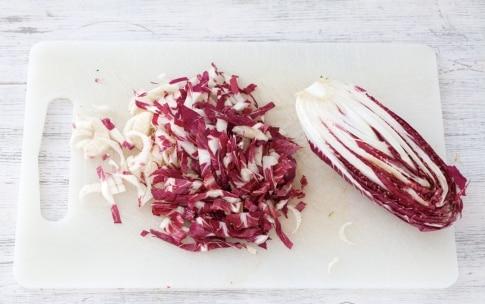 Preparazione Orecchiette con radicchio, uva e aceto balsamico - Fase 1