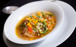Noodles con minestrone leggero allo zenzero...