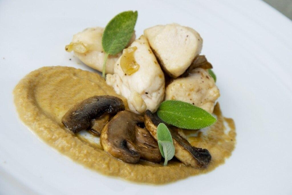 Pollo saltato agli champignon con crema di finferli al macis