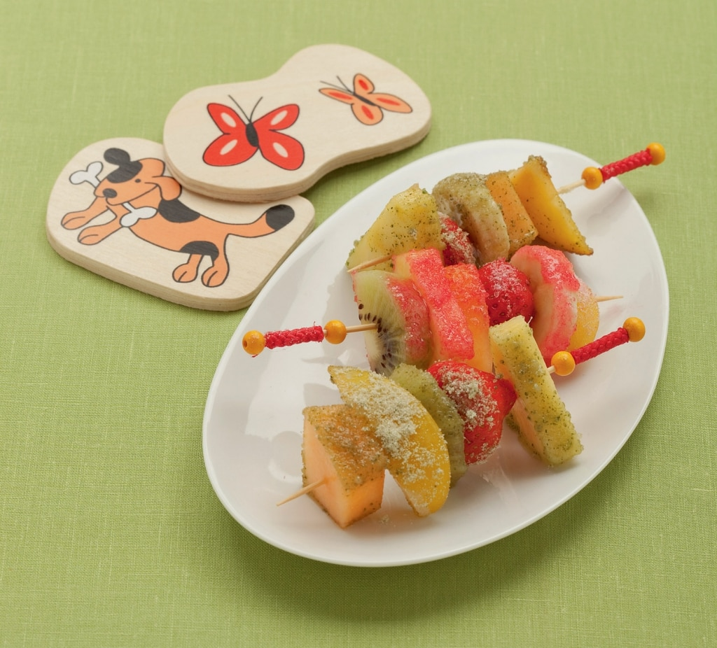 Spiedini di frutta fresca con zuccheri colorati