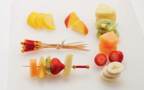 Preparazione Spiedini di frutta fresca con zuccheri colorati - Fase 1