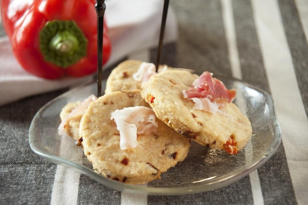 Biscotti salati pancetta e peperoni