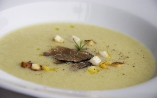 Zuppa di patate con tartufo e crema di...