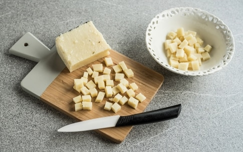 Preparazione Strozzapreti, pecorino romano e guanciale affumicato - Fase 1