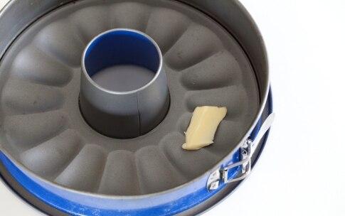 Preparazione Ciambella soffice con mandorle pralinate - Fase 1