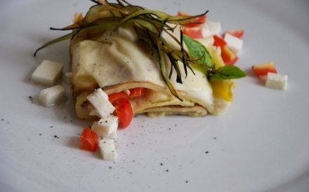 Rotolo di crespella con mozzarella, pomodoro e melanzana