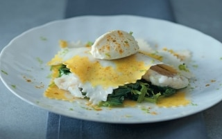 Raviolo al curry con rombo e spinacini