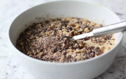 Preparazione Torta al cioccolato con datteri e noci - Fase 4