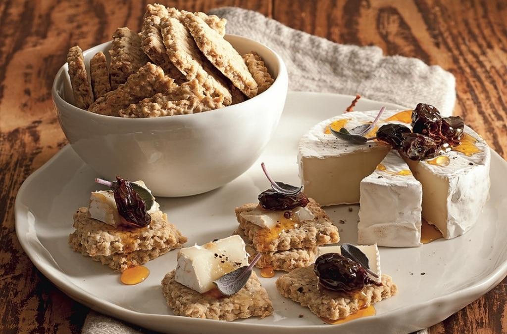 Biscotti all'avena con formaggio e uva caramellata
