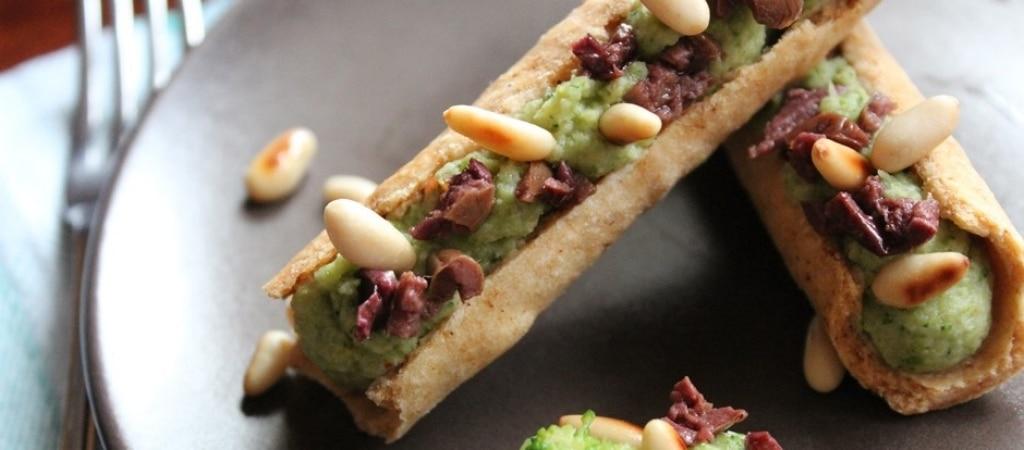 Cannoli con crema di broccoli, taggiasche e pinoli