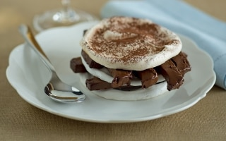 Meringata con semifreddo al cioccolato