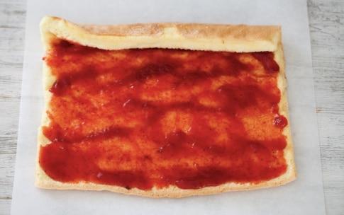 Preparazione Rotolo con panna e marmellata di fragole - Fase 4