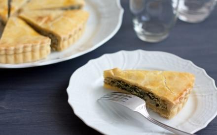 Torta salata con bietole da costa, ricotta e nocciole