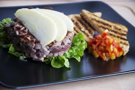 Hamburger di tonno, chutney di pomodoro e mela allo zenzero